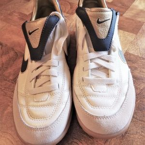 Nike indoor soccer shoe athletic New beige Men 6.5